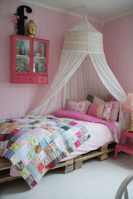 habitación para niños con palets