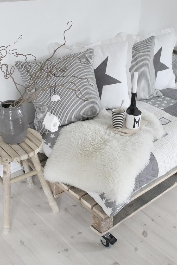 7 ideas de sof s con palets para el sal n i love palets - Deco salon zwart wit ...