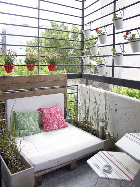 Propuestas para decorar un balc n con gusto i love palets for Sillones de balcon