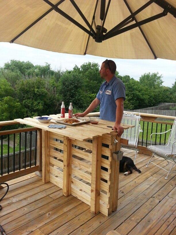 Ideas de mesas de bar para el interior o exterior de la for Modelos de barcitos hecho en madera