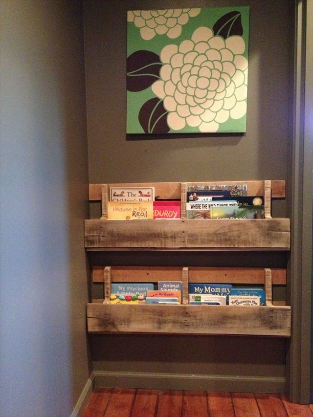 10 ideas para organizar los libros en estanter as de palet i love palets - Estanterias con palet ...