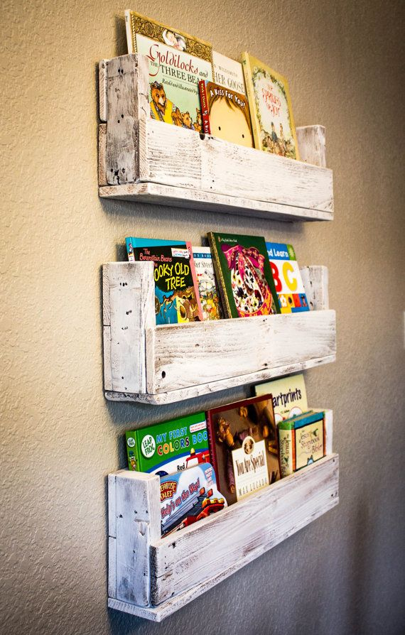 10 ideas para organizar los libros en estanter as de palet for Mueble libreria infantil