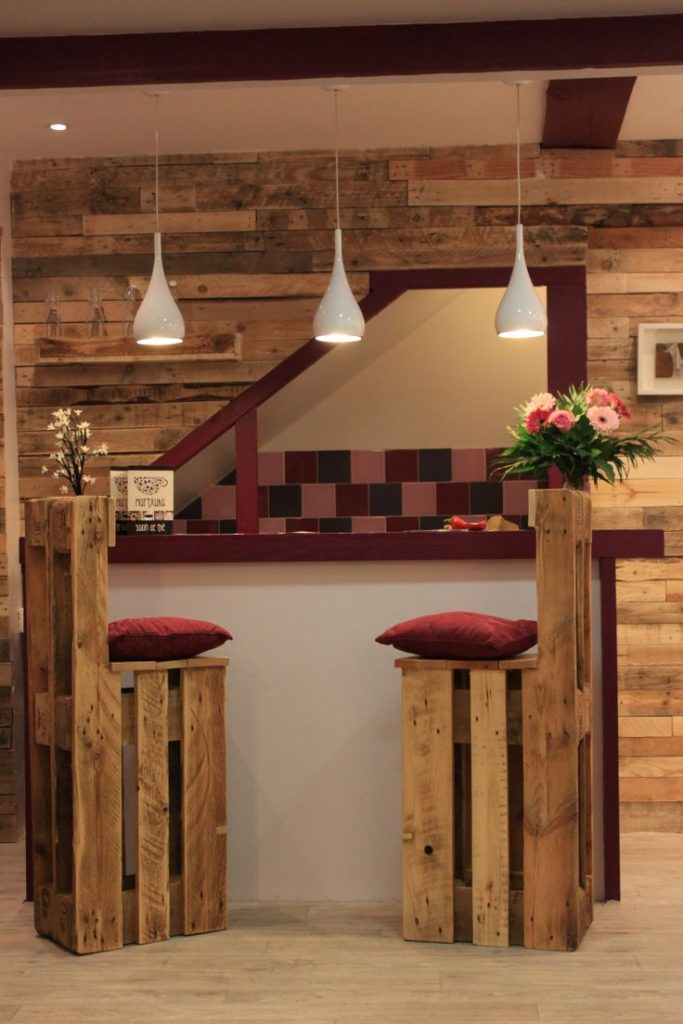 5 ideas de sillas de bar de palets i love palets for Pared con palets