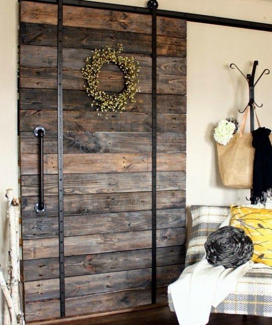 8 puertas espectaculares hechas con madera de palet i for Como hacer una puerta corrediza casera