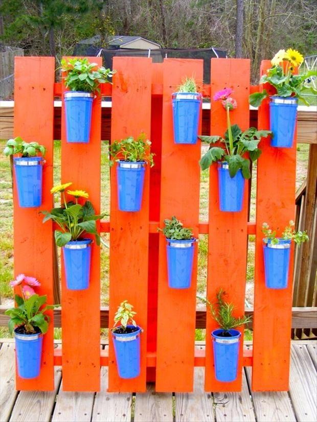 Jardineras verticales de palets inundadas de color i for Jardinera de madera vertical