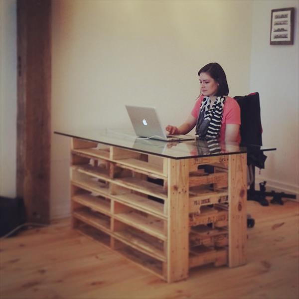 Una mesa para la oficina práctica, vanguardista y de palets – I