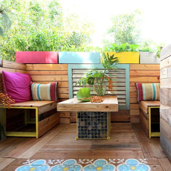 Una terraza de inspiraci n tropical con palets i love palets for Balcones madera exterior