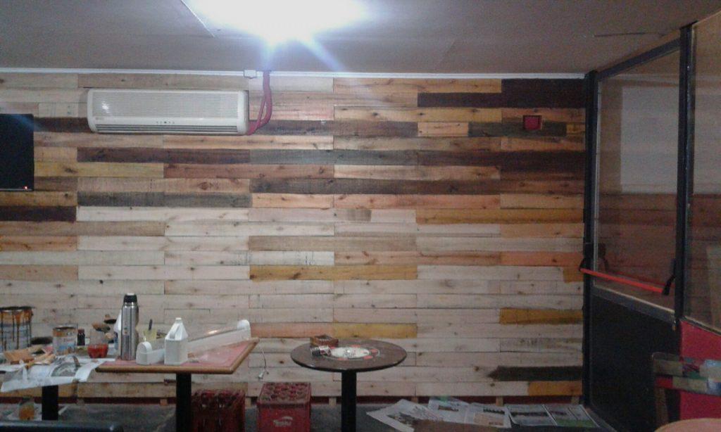 Una pizzer a decorada con palets por uno de nuestros - Paredes decoradas con madera ...
