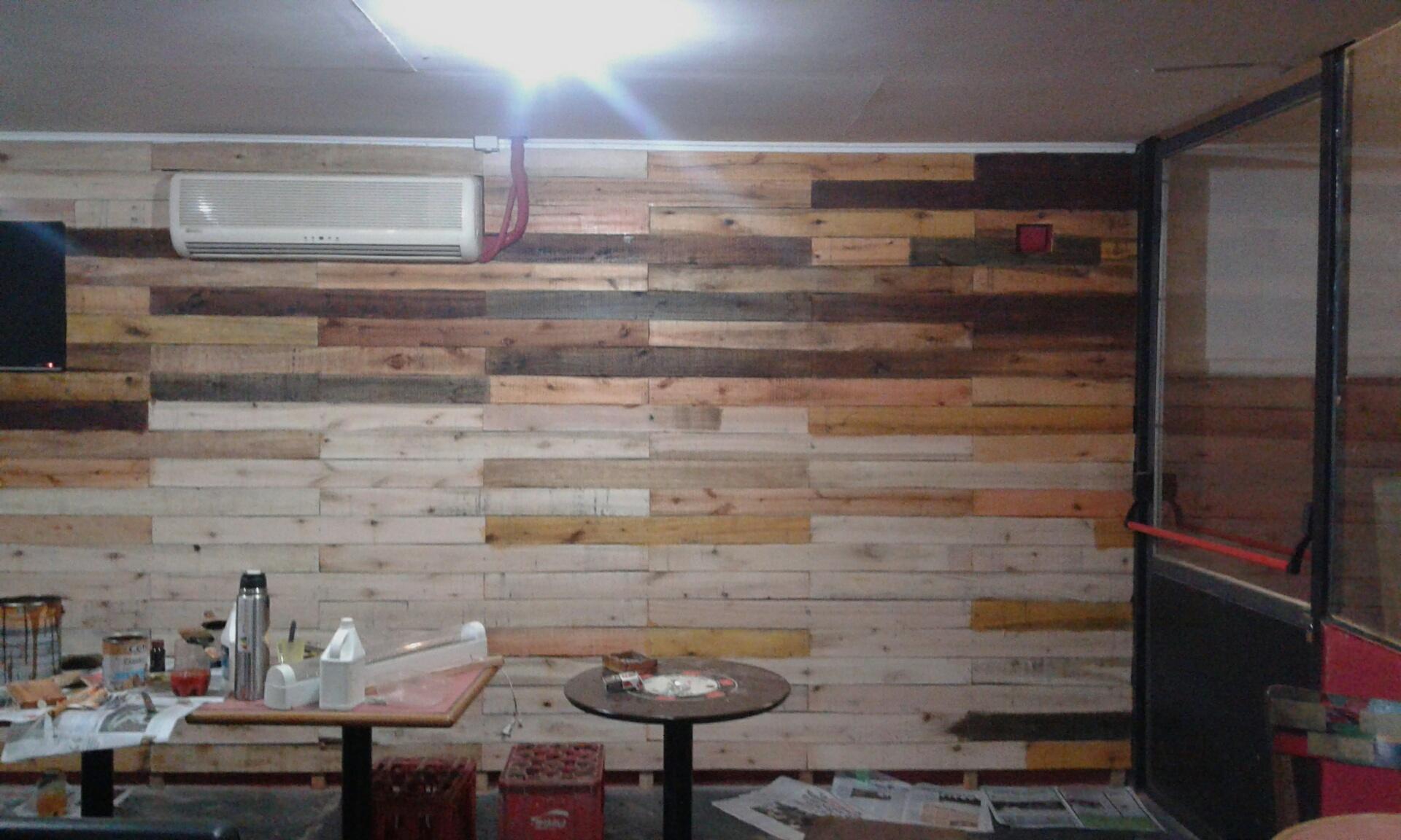 pizzería decorada con palets