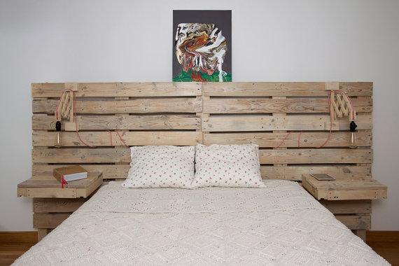 Un cabecero para la cama de palets con mesitas for Cabeceros de cama con palets