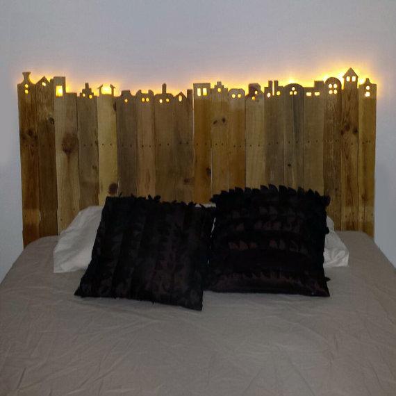 Precioso cabecero de palets tallado y luminoso i love palets for Cabeceros de cama con palets