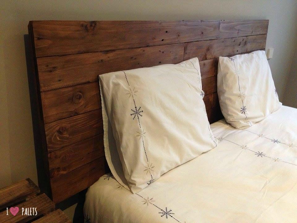 Un cabecero para la cama de palets muy sencillo pero - Cabeceros de cama con palets ...
