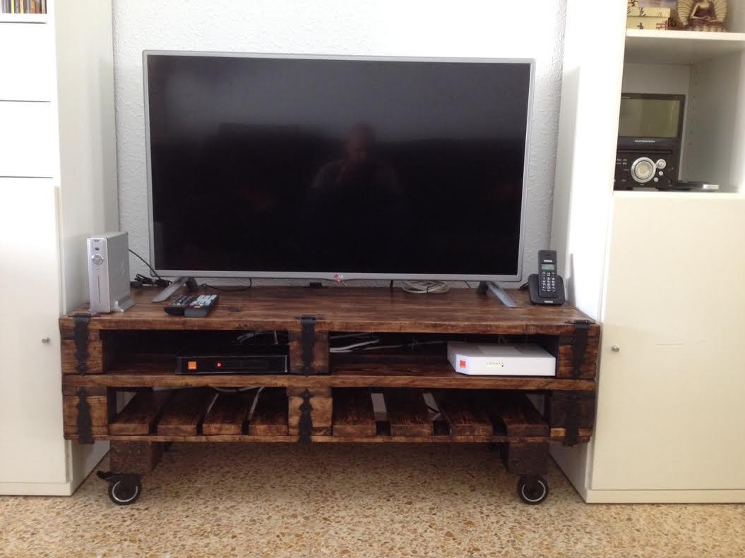 Un mueble para la televisi n hecho con palets i love palets for Modelos de barcitos hecho en madera