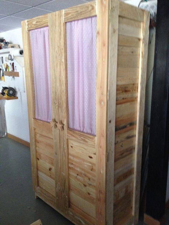 Como hacer un armario para ropa con palets for Como hacer una piscina con palets