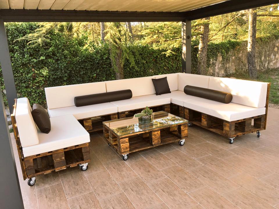 Estilos de muebles de terraza hechos con palets con cu l for Muebles de jardin con palets reciclados