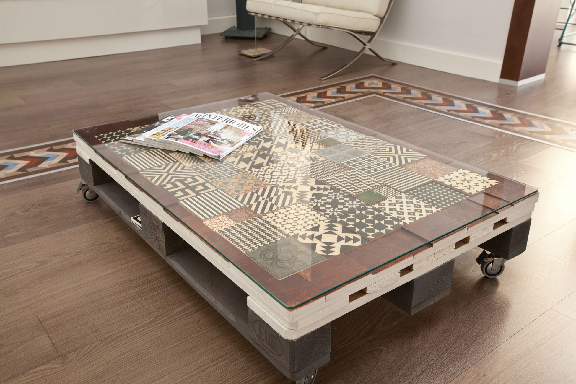 Muebles de palets decorados con azulejos hidr ulicos i for Muebles de palets para salon