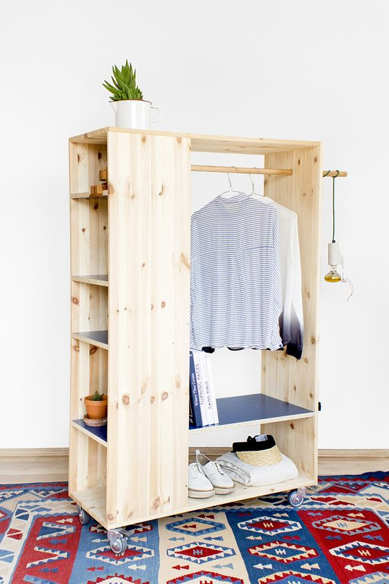 Armarios hechos con palets muy originales para guardar tu for Cajas para guardar ropa armario