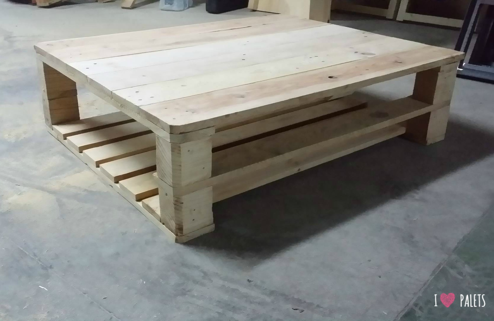 Una mesa auxiliar de palets para la terraza i love palets for Mesa de centro de palet