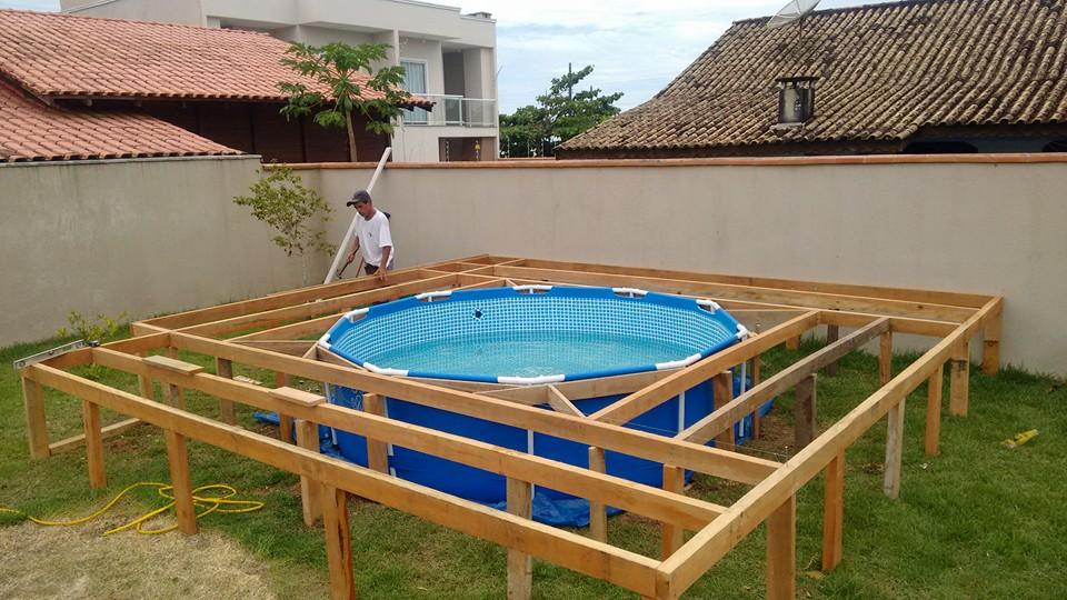 Un suelo de palets espectacular para vestir una piscina for Piscina con palets