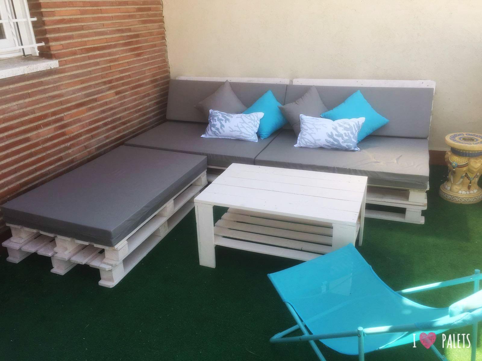 Un conjunto para el balc n hecho con palets i love palets for Conjunto muebles balcon