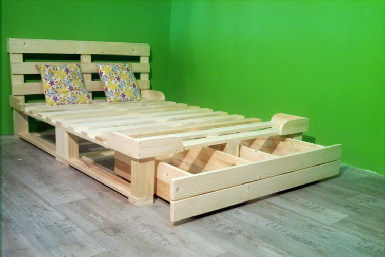 Una cama de palets con caj n de almacenaje para toda la - Cabeceros de cama con fotos ...