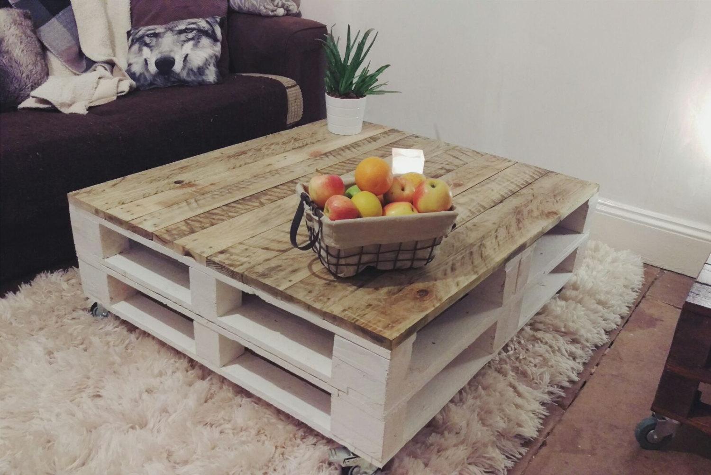 Mesas para el sal n de palet que combinan el blanco con la for Muebles de palets para salon