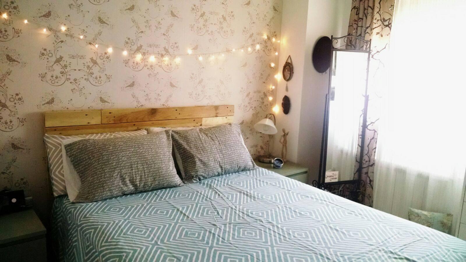Un cabecero de palet sencillo protagonista del dormitorio - Cabecero palets ...
