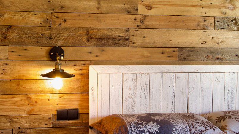 C mo decorar una pared con madera de palet i love palets - Forrar pared con palets ...