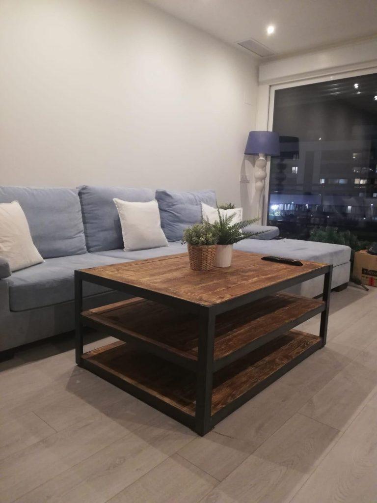 mesa maciza con estructura de hierro
