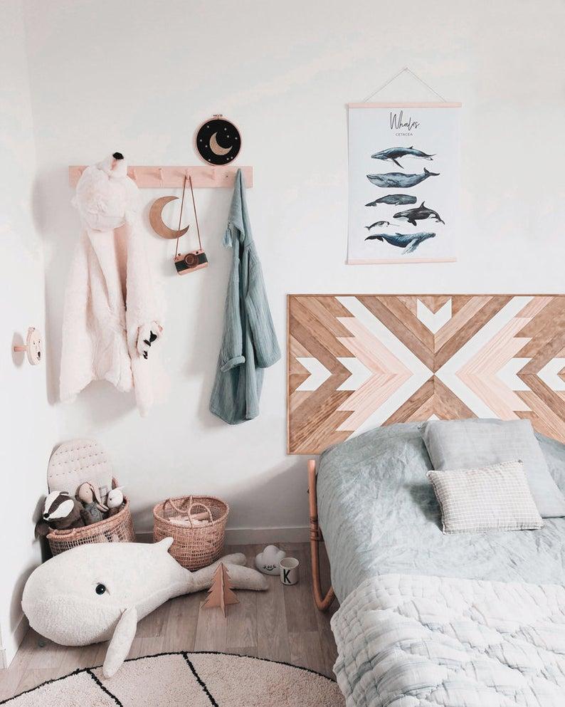cabeceros de madera con dibujos geométricos