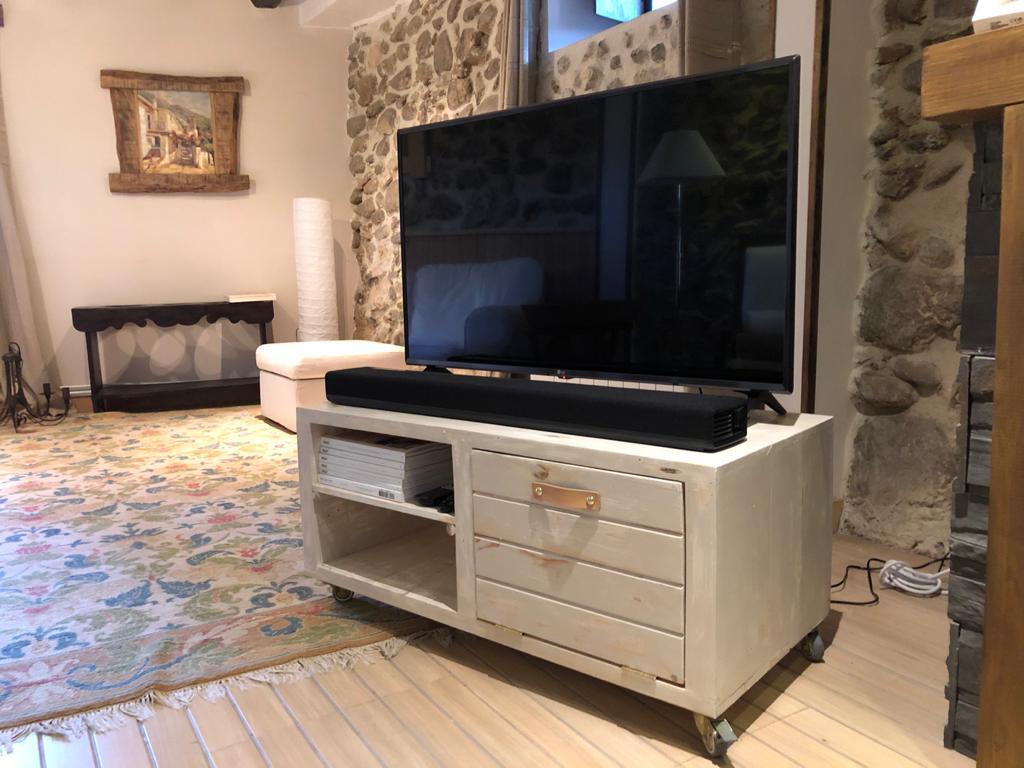 mueble de televisión con palets