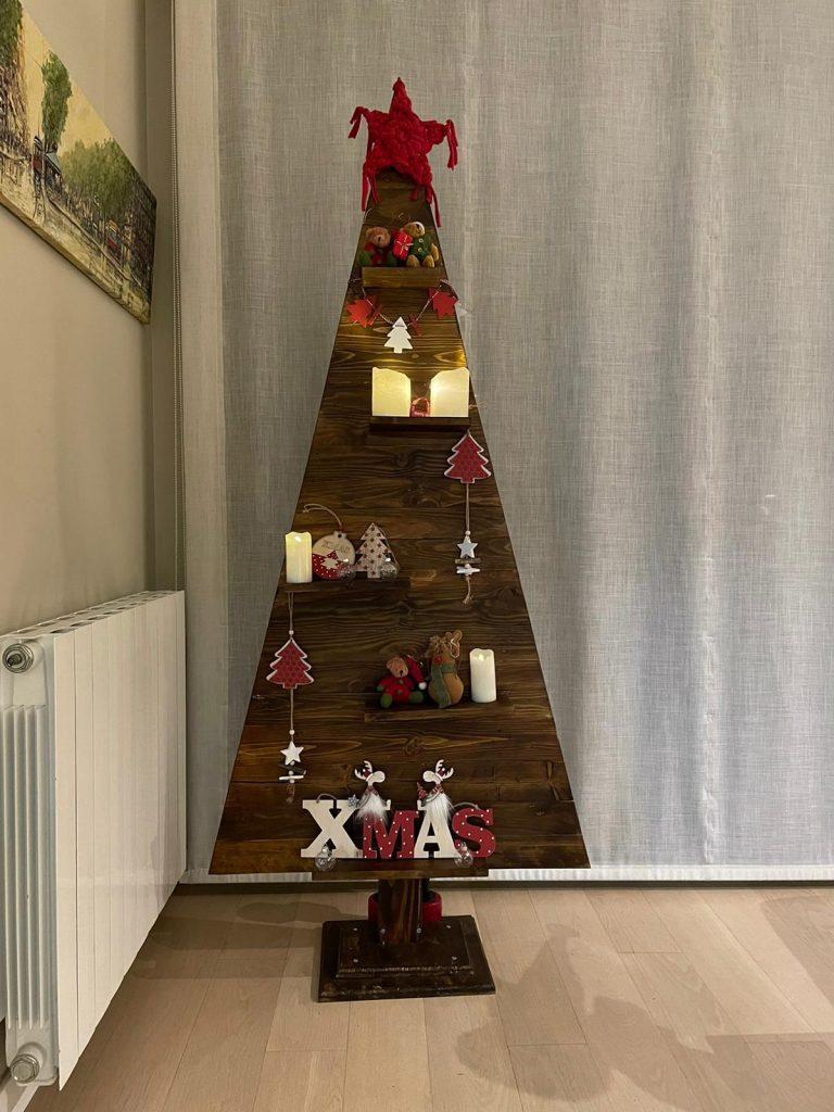 decorar un árbol de Navidad hecho con palets