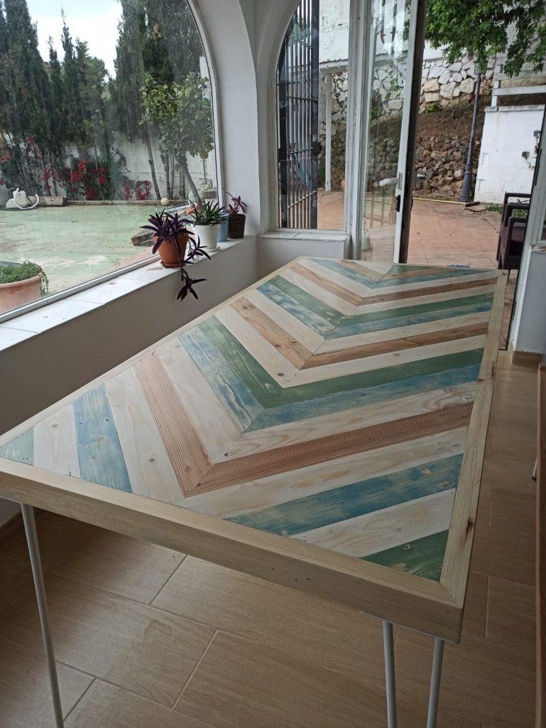 mesa con palets de colores